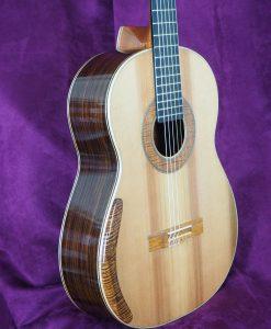 Guitare classique de concert du luthier graham caldersmith disponible sur le site www.guitare-classique-concert.fr table en cèdre dos et éclisse palissandre indien vue de trois quaart